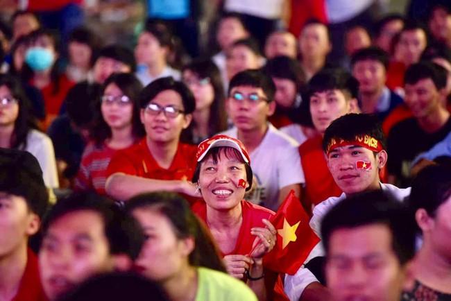 AFF CUP: Việt Nam 2 - 0 Malaysia, người hâm mộ vui sướng cuồng nhiệt - Ảnh 13.