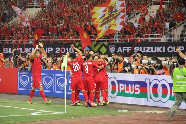 AFF CUP: Việt Nam 2 - 0 Malaysia, người hâm mộ vui sướng cuồng nhiệt - Ảnh 8.