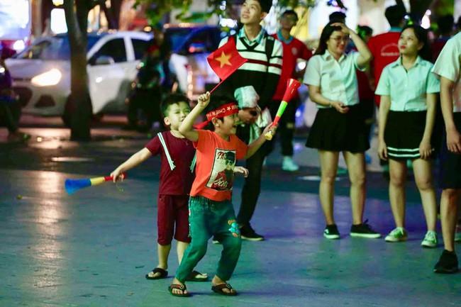 AFF CUP: Việt Nam 2 - 0 Malaysia, người hâm mộ vui sướng cuồng nhiệt - Ảnh 44.