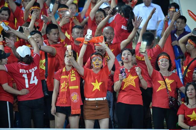 AFF CUP: Việt Nam 2 - 0 Malaysia, người hâm mộ vui sướng cuồng nhiệt - Ảnh 9.