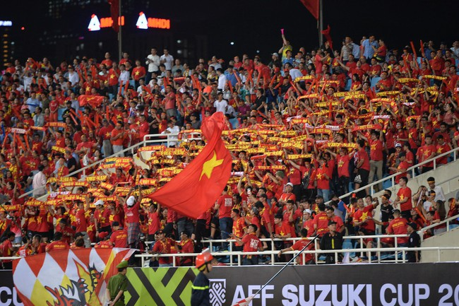 AFF CUP: Việt Nam 2 - 0 Malaysia, người hâm mộ vui sướng cuồng nhiệt - Ảnh 10.
