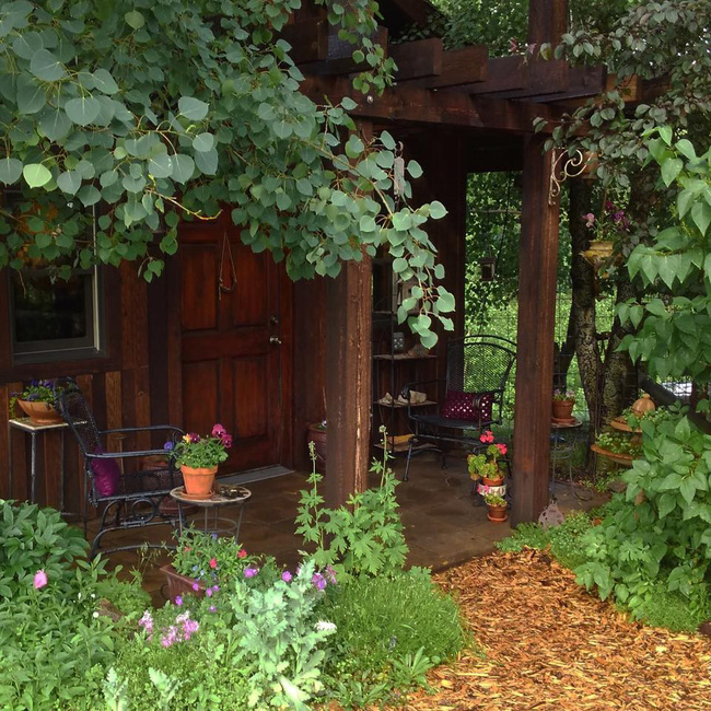 Cuộc sống đẹp như cổ tích của cặp vợ chồng trong căn nhà gỗ cùng mảnh vườn rộng 1.700m²  - Ảnh 1.