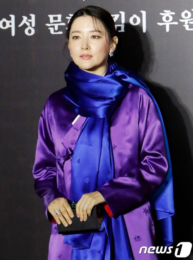 Lee Young Ae đẹp không góc chết, không hổ danh Nữ thần Hanbok khi diện màu áo mà ít người dám mặc  - Ảnh 4.