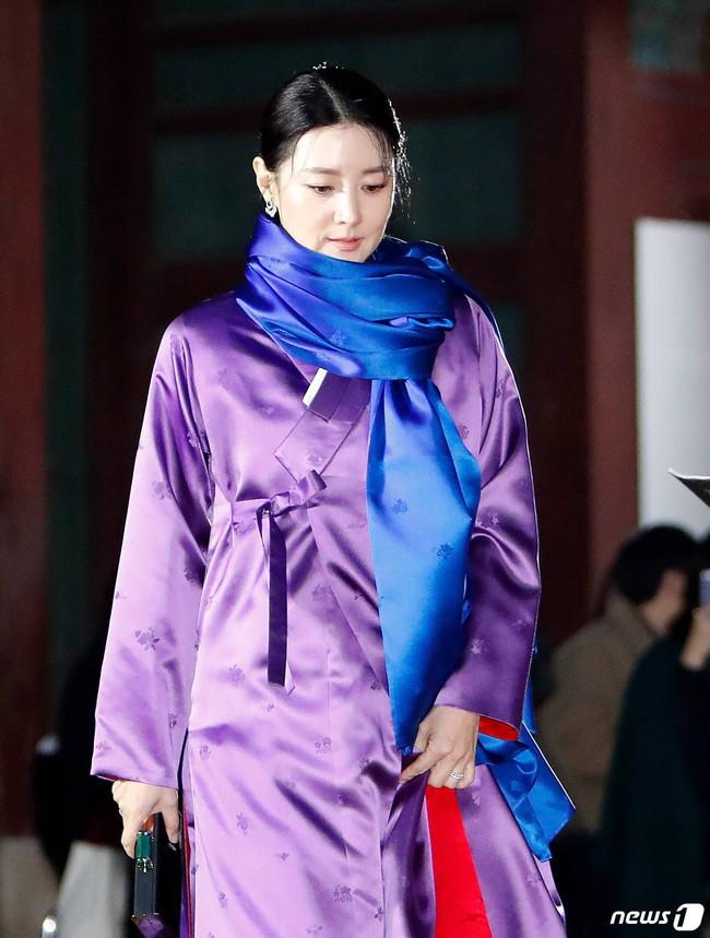 Lee Young Ae đẹp không góc chết, không hổ danh Nữ thần Hanbok khi diện màu áo mà ít người dám mặc  - Ảnh 5.