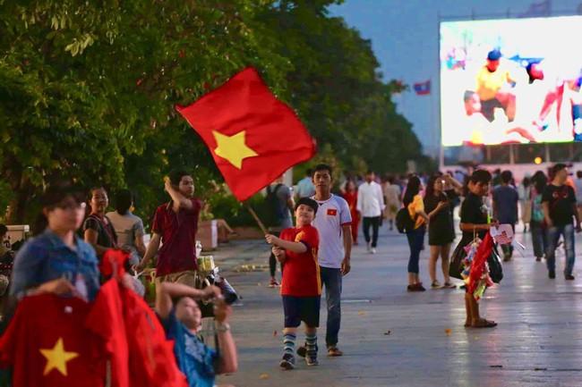 AFF CUP: Việt Nam 2 - 0 Malaysia, người hâm mộ vui sướng cuồng nhiệt - Ảnh 45.