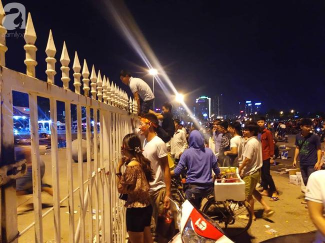 AFF CUP: Việt Nam 2 - 0 Malaysia, người hâm mộ vui sướng cuồng nhiệt - Ảnh 4.