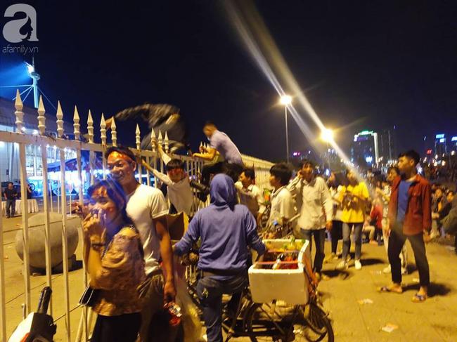 AFF CUP: Việt Nam 2 - 0 Malaysia, người hâm mộ vui sướng cuồng nhiệt - Ảnh 5.