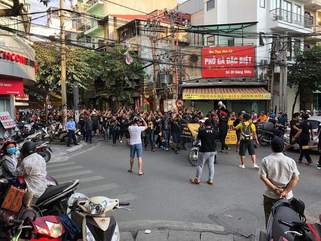 Fan Malaysia đại náo trên phố cổ Hà Nội trước cuộc so tài với Việt Nam ở AFF Cup 2018 - Ảnh 2.