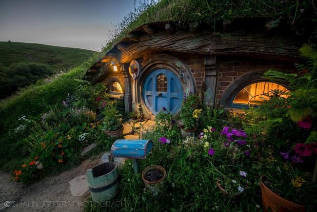 Ngôi làng độc đáo khi toàn bộ các nhà trong làng được xây dựa trên ý tưởng về ngôi nhà của người lùn Hobbit - Ảnh 3.