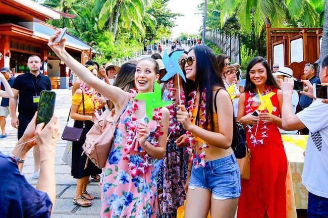 Tự tin khoe dáng như HH Tiểu Vy, diện luôn combo yêu thích từ thời nữ sinh đi thi Miss World 2018 mới chất - Ảnh 2.