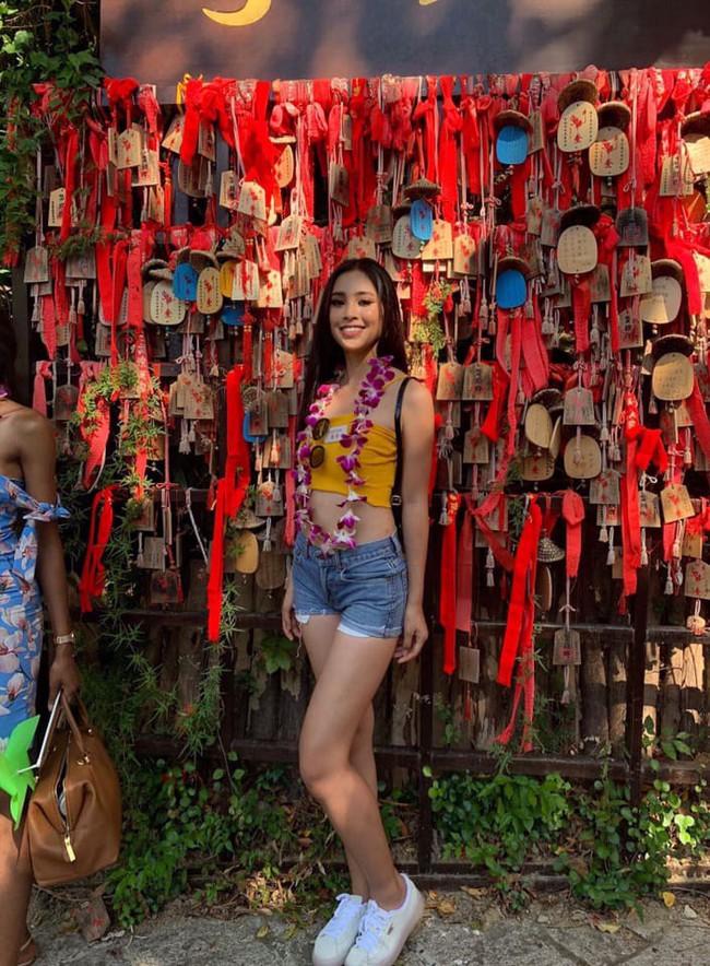 Tự tin khoe dáng như HH Tiểu Vy, diện luôn combo yêu thích từ thời nữ sinh đi thi Miss World 2018 mới chất - Ảnh 1.