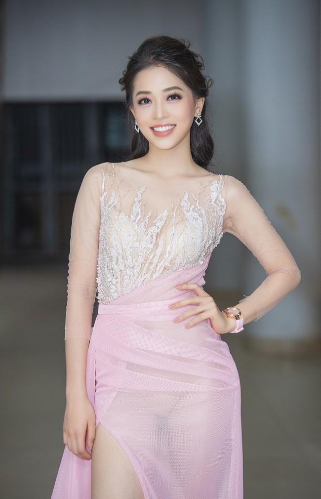 Mới trở về sau Miss Grand 2018, Á hậu Phương Nga đã vội diện đầm mỏng tanh lộ rõ nội y thế này - Ảnh 2.