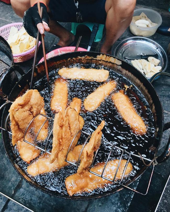 Lạnh rồi, rủ nhau đến những hàng bánh chuối ngon ở Hà Nội này ngay thôi, 1 hàng bánh tí hon nhưng chất khỏi bàn - Ảnh 1.