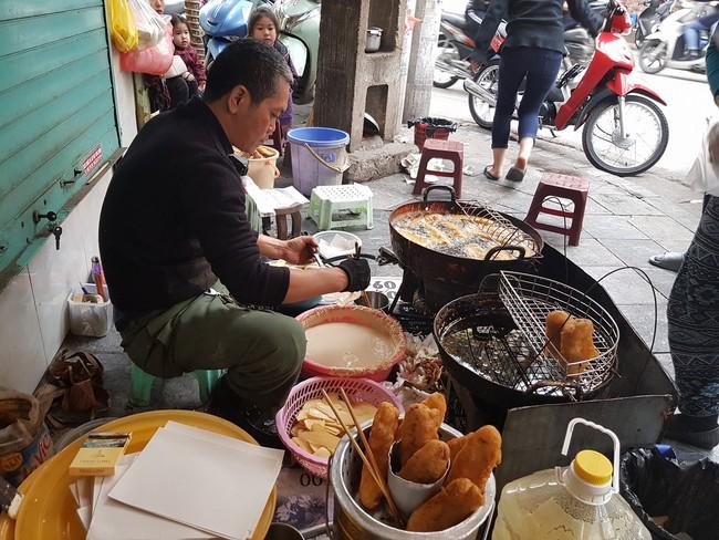 Lạnh rồi, rủ nhau đến những hàng bánh chuối ngon ở Hà Nội này ngay thôi, 1 hàng bánh tí hon nhưng chất khỏi bàn - Ảnh 2.
