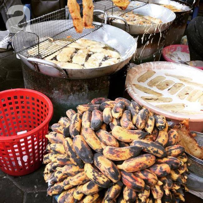 Lạnh rồi, rủ nhau đến những hàng bánh chuối ngon ở Hà Nội này ngay thôi, 1 hàng bánh tí hon nhưng chất khỏi bàn - Ảnh 12.