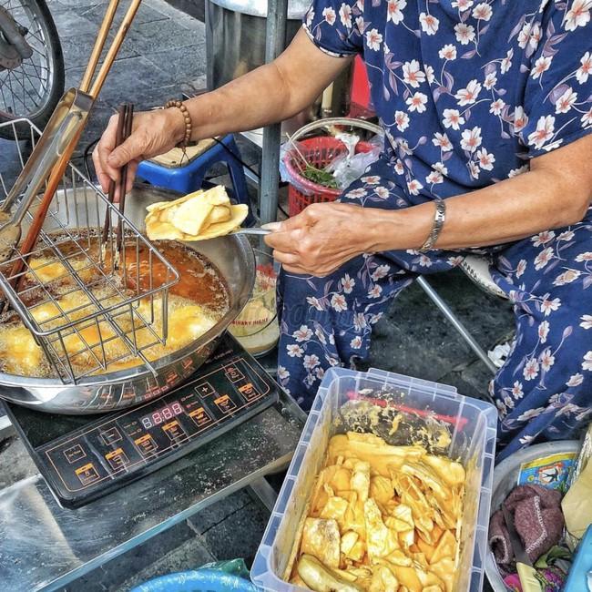 Lạnh rồi, rủ nhau đến những hàng bánh chuối ngon ở Hà Nội này ngay thôi, 1 hàng bánh tí hon nhưng chất khỏi bàn - Ảnh 14.