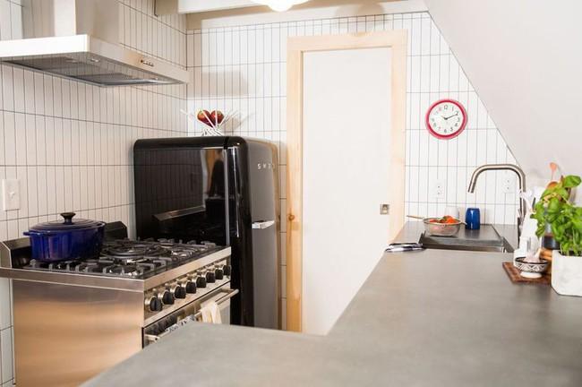 Quá chán nản với căn bếp cũ mèm, cặp vợ chồng trẻ tự tay cải tạo lại và nhận được cái kết bất ngờ - Ảnh 7.