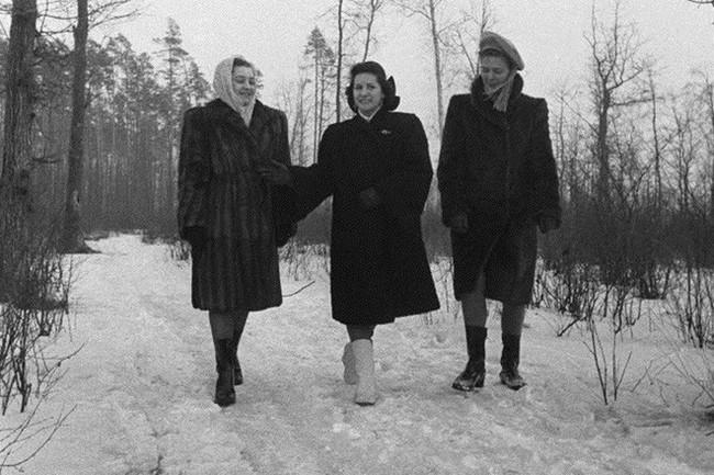 Bất ngờ về thời trang thanh lịch và gợi cảm của phụ nữ Liên Xô - Ảnh 16.