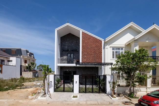 Ở đất Quảng Bình đầy nắng và gió vẫn xuất hiện ngôi nhà đẹp hoàn mỹ dù chỉ dùng gạch xây nhà để trang trí - Ảnh 1.