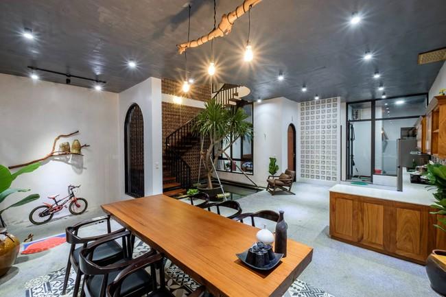 Ở đất Quảng Bình đầy nắng và gió vẫn xuất hiện ngôi nhà đẹp hoàn mỹ dù chỉ dùng gạch xây nhà để trang trí - Ảnh 9.