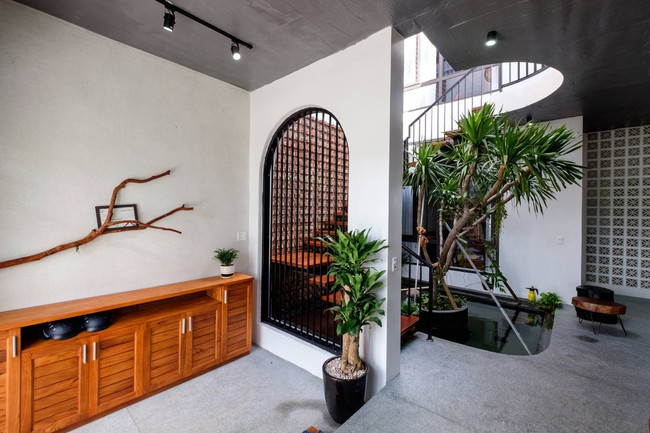 Ở đất Quảng Bình đầy nắng và gió vẫn xuất hiện ngôi nhà đẹp hoàn mỹ dù chỉ dùng gạch xây nhà để trang trí - Ảnh 5.