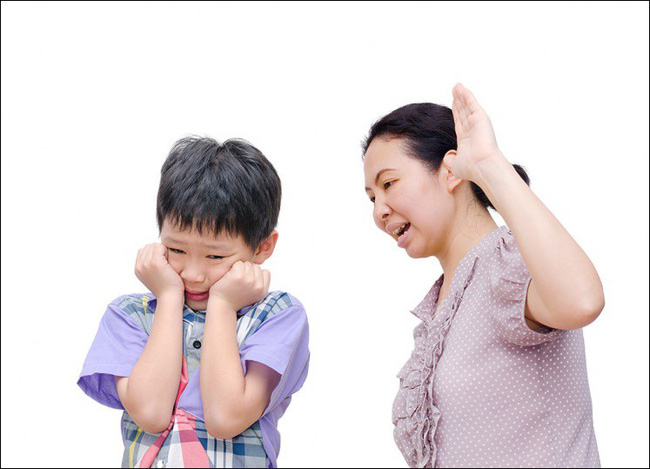 Bác sĩ Nhi khoa nhắc nhở tất cả cha mẹ: Không bao giờ được làm những điều này với trẻ - Ảnh 2.