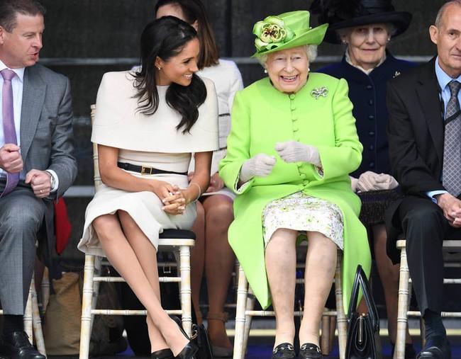 Nữ hoàng Elizabeth không ít lần phật ý vì style của Meghan Markle và còn có phản ứng khó đỡ với chiếc váy cưới của cô - Ảnh 3.
