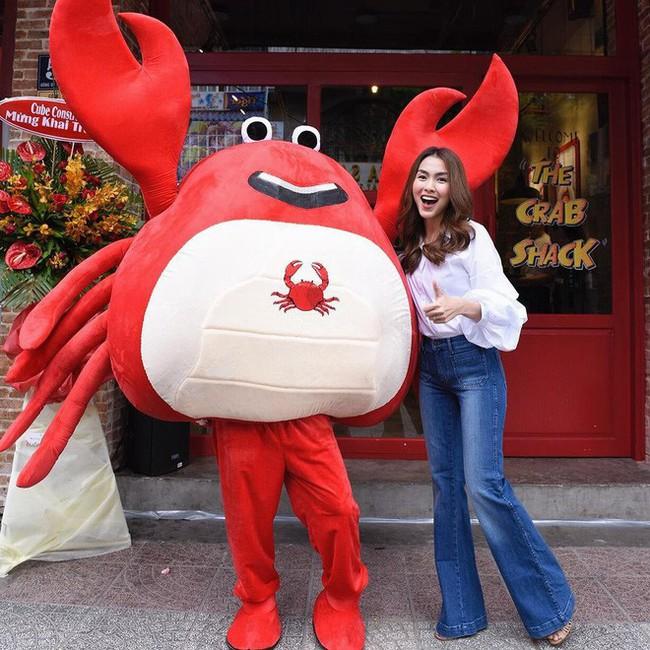 Mặc jeans thôi mà chân dài cả tấc, chẳng trách Hà Tăng có mỗi chiếc quần mà 3 năm rồi vẫn diện đi diện lại - Ảnh 4.