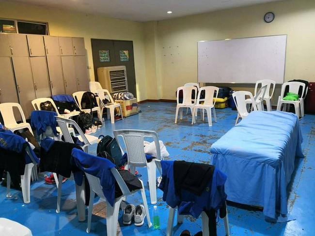 Hình ảnh tơi tả gây tranh cãi về phòng thay đồ Philippines dành cho Thái Lan - Ảnh 3.