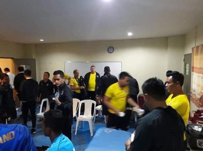 Hình ảnh tơi tả gây tranh cãi về phòng thay đồ Philippines dành cho Thái Lan - Ảnh 6.
