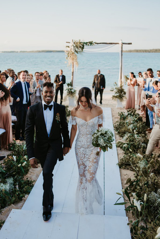 11 chiếc váy cưới đình đám nhất năm 2018: chiếc khoét lưng để khoe sẹo của cô dâu, chiếc đơn giản mà sang trọng tột cùng - Ảnh 1.