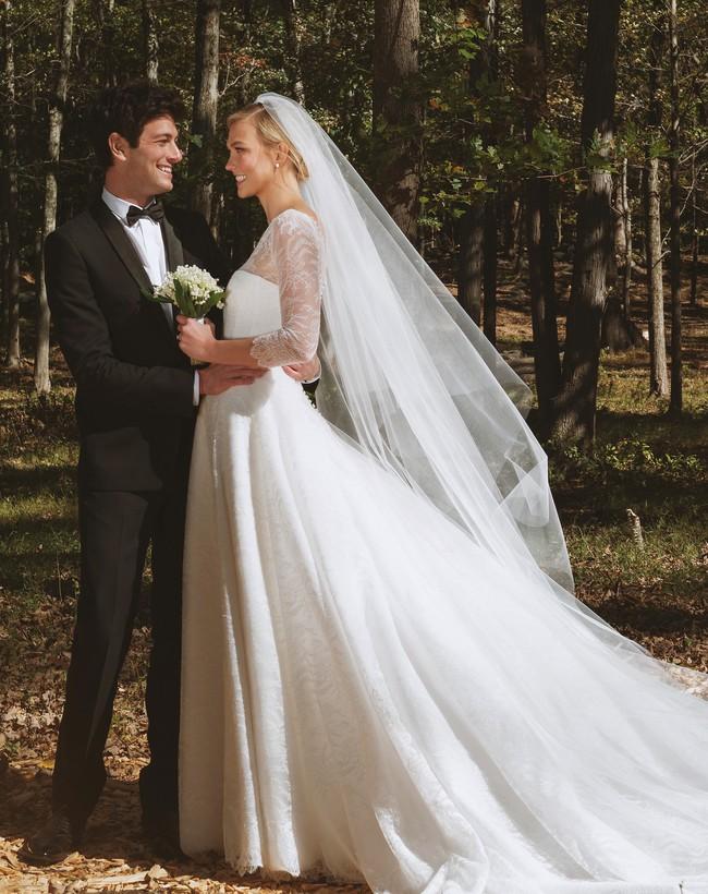 11 chiếc váy cưới đình đám nhất năm 2018: chiếc khoét lưng để khoe sẹo của cô dâu, chiếc đơn giản mà sang trọng tột cùng - Ảnh 10.