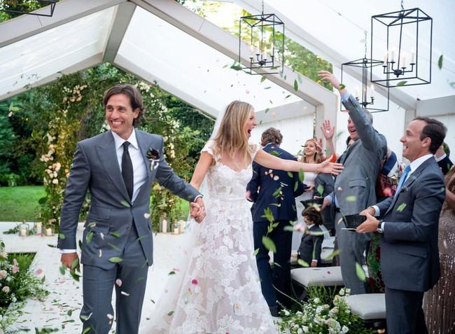 11 chiếc váy cưới đình đám nhất năm 2018: chiếc khoét lưng để khoe sẹo của cô dâu, chiếc đơn giản mà sang trọng tột cùng - Ảnh 11.