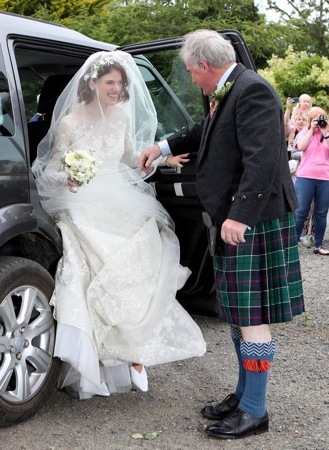 11 chiếc váy cưới đình đám nhất năm 2018: chiếc khoét lưng để khoe sẹo của cô dâu, chiếc đơn giản mà sang trọng tột cùng - Ảnh 12.