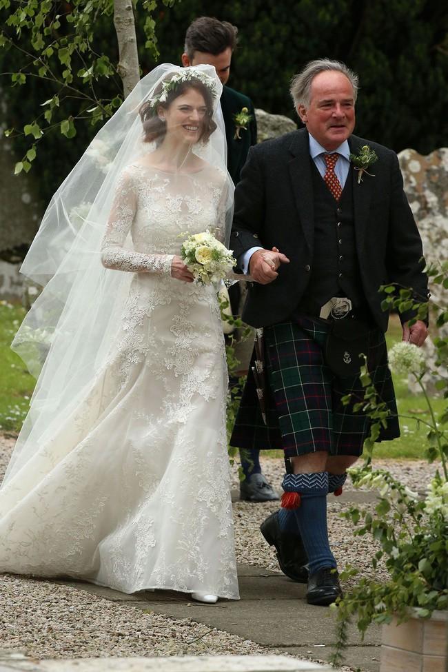 11 chiếc váy cưới đình đám nhất năm 2018: chiếc khoét lưng để khoe sẹo của cô dâu, chiếc đơn giản mà sang trọng tột cùng - Ảnh 13.