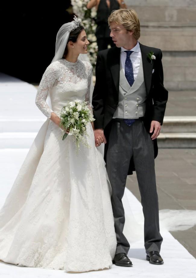 11 chiếc váy cưới đình đám nhất năm 2018: chiếc khoét lưng để khoe sẹo của cô dâu, chiếc đơn giản mà sang trọng tột cùng - Ảnh 14.