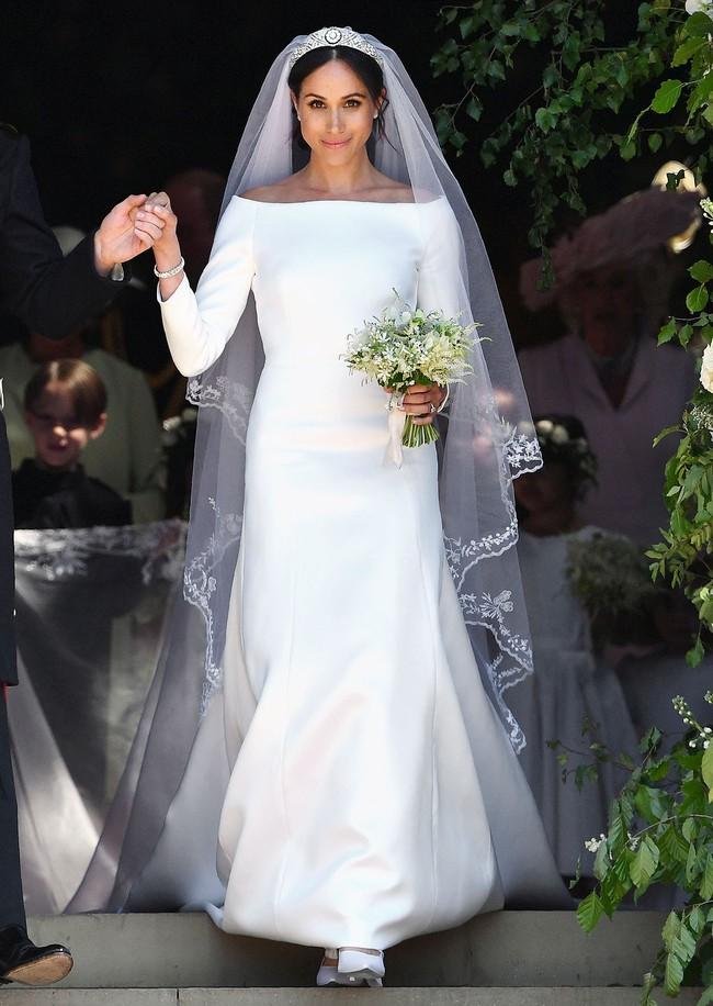 11 chiếc váy cưới đình đám nhất năm 2018: chiếc khoét lưng để khoe sẹo của cô dâu, chiếc đơn giản mà sang trọng tột cùng - Ảnh 22.