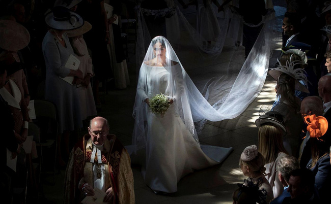 11 chiếc váy cưới đình đám nhất năm 2018: chiếc khoét lưng để khoe sẹo của cô dâu, chiếc đơn giản mà sang trọng tột cùng - Ảnh 23.