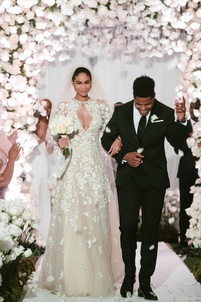 11 chiếc váy cưới đình đám nhất năm 2018: chiếc khoét lưng để khoe sẹo của cô dâu, chiếc đơn giản mà sang trọng tột cùng - Ảnh 3.