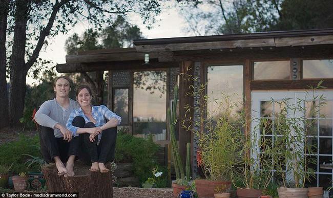 Cuộc sống hạnh phúc của cặp vợ chồng trẻ mất 1 năm và 250 triệu để tự xây nhà từ vỏ chai và lốp xe - Ảnh 1.