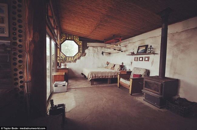 Cuộc sống hạnh phúc của cặp vợ chồng trẻ mất 1 năm và 250 triệu để tự xây nhà từ vỏ chai và lốp xe - Ảnh 5.