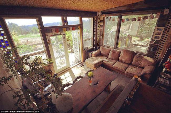 Cuộc sống hạnh phúc của cặp vợ chồng trẻ mất 1 năm và 250 triệu để tự xây nhà từ vỏ chai và lốp xe - Ảnh 10.