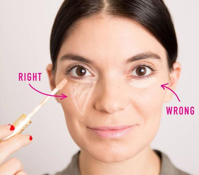 Để trông trẻ vài tuổi, hóa ra người nổi tiếng đã áp dụng thủ thuật này khi trang điểm mắt - Ảnh 2.