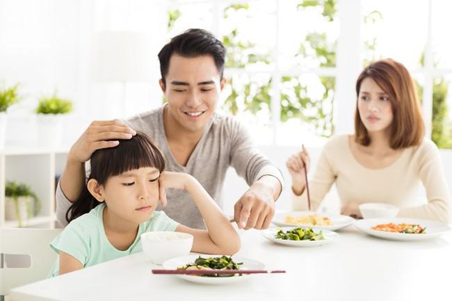 Việc nên và không nên làm với con khi ăn uống, tưởng đơn giản nhưng không phải ai cũng biết - Ảnh 1.
