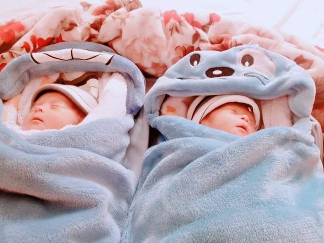 Hành trình giành giật sự sống của cặp sinh đôi chào đời ở tuần 30, phổi bị xẹp không thể tự thở - Ảnh 2.