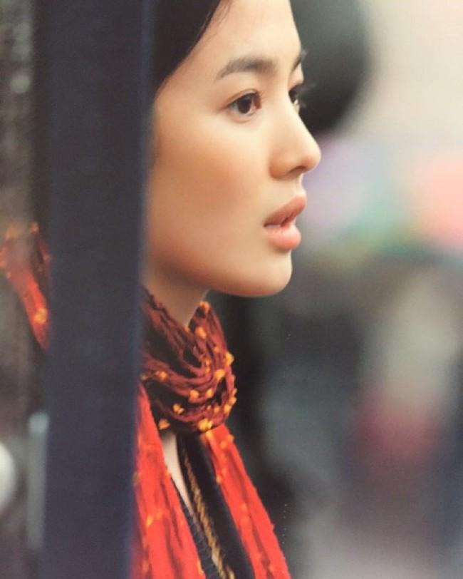 Cứ ngưỡng mộ Song Hye Kyo đã U40 mà vẫn trẻ trung, nào biết cô còn nhờ vào 6 tips làm đẹp giản đơn này - Ảnh 4.