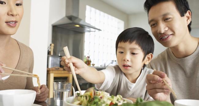 Việc nên và không nên làm với con khi ăn uống, tưởng đơn giản nhưng không phải ai cũng biết - Ảnh 2.