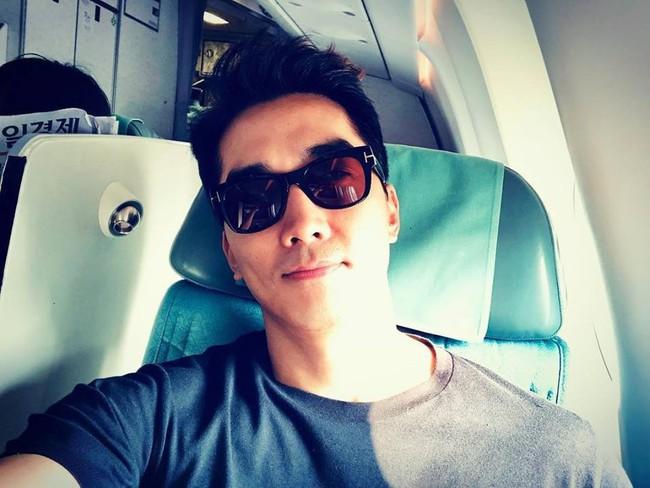 Sau Kim Tae Hee, U50 Song Seung Hun đẹp trai miễn chê khi xuất hiện tại sân bay Hàn Quốc để tới Đà Nẵng  - Ảnh 3.