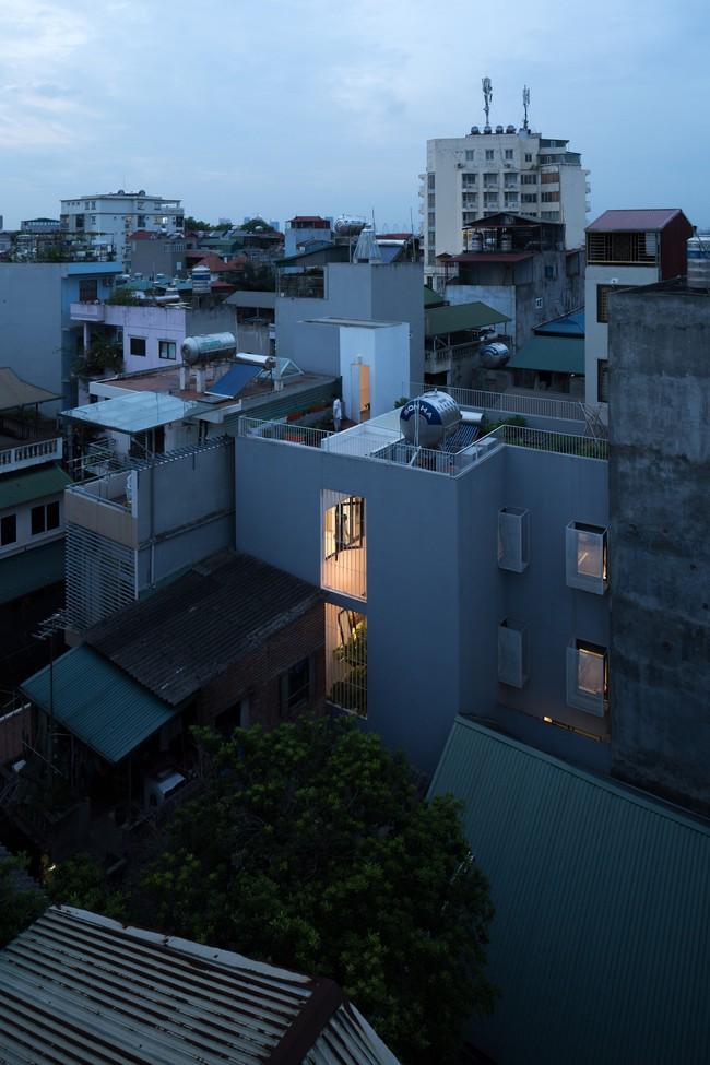 Xây từ miếng đất nhiều nhược điểm, ngôi nhà 85m² ở Hà Nội này vẫn được trầm trồ khen vừa đẹp, vừa xanh - Ảnh 1.