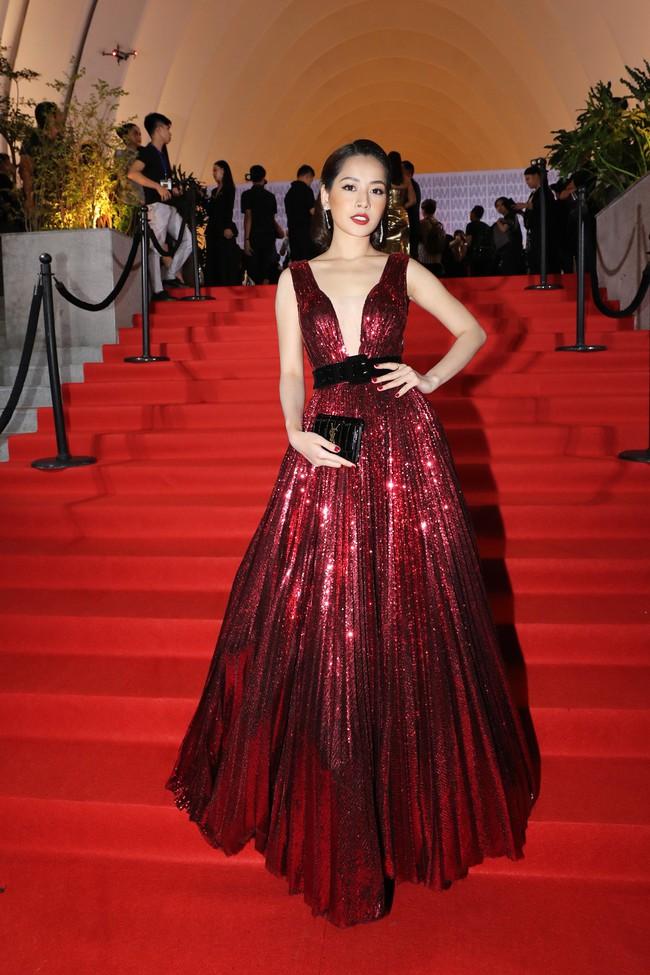 Midu đẹp tựa nữ thần, Mai Phương gạt bỏ bạo bệnh xuất hiện rạng rỡ trên thảm đỏ Chung Thanh Phong - Ảnh 2.